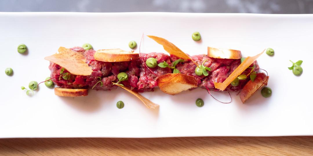 Steak tartar de vedella: tallat a ganivet amb torrades de brioche