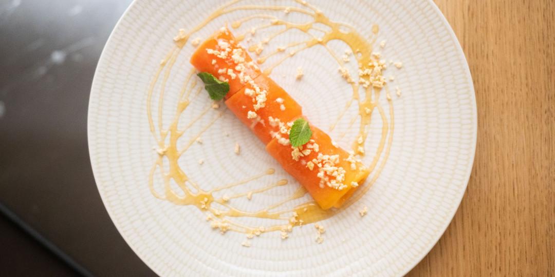 Caneló de papaya fresca: farcit de mató amb mel