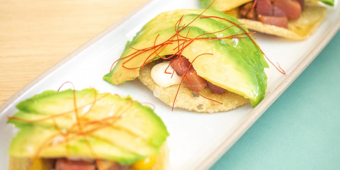 Cruixent de tonyina: tartar de tonyina sobre tortillas de blat, alvocat i chutney de mango
