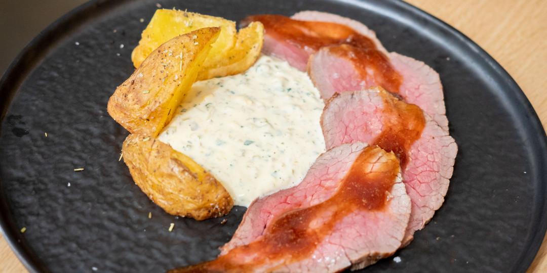 Roast beef de vedella: salsa tàrtara i patates cruixents