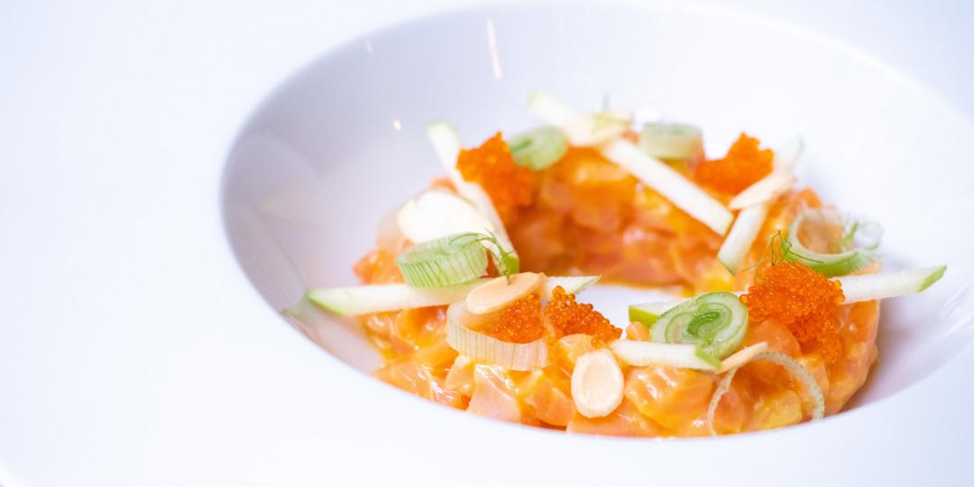 Tartar de salmó: fruita de la passió, velouté vegetal