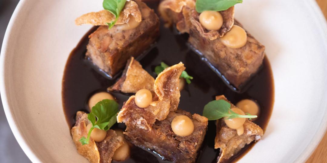 El porc, per sucar-hi pa: garró i la seva reducció, pa de botifarra negre i poma