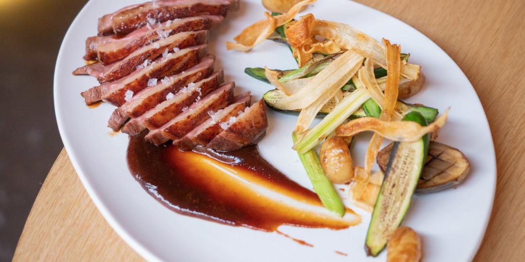 Magret d'ànec B-Jing: salsa barbacoa hoisin, blat tendre i vegetals