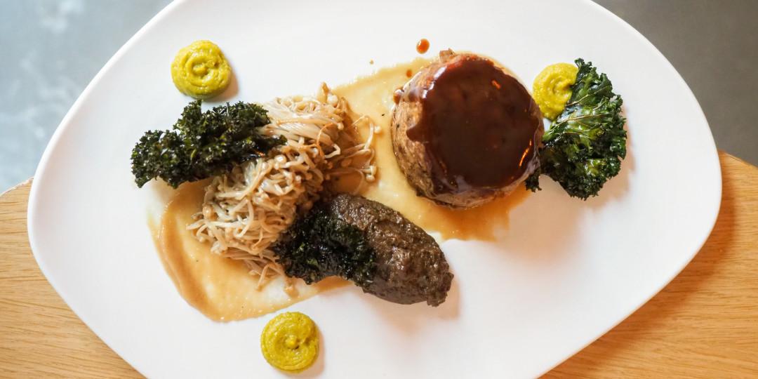 Terrina de xai melós: duxelle de bolets, cremós de ceba, kale