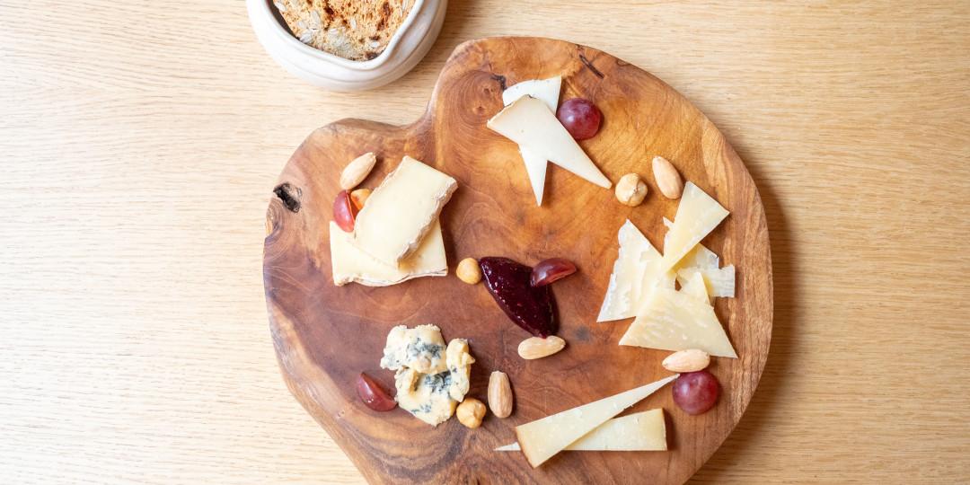 Taula de formatges: selecció de formatges catalans, torradetes de llavors i confitura casolana