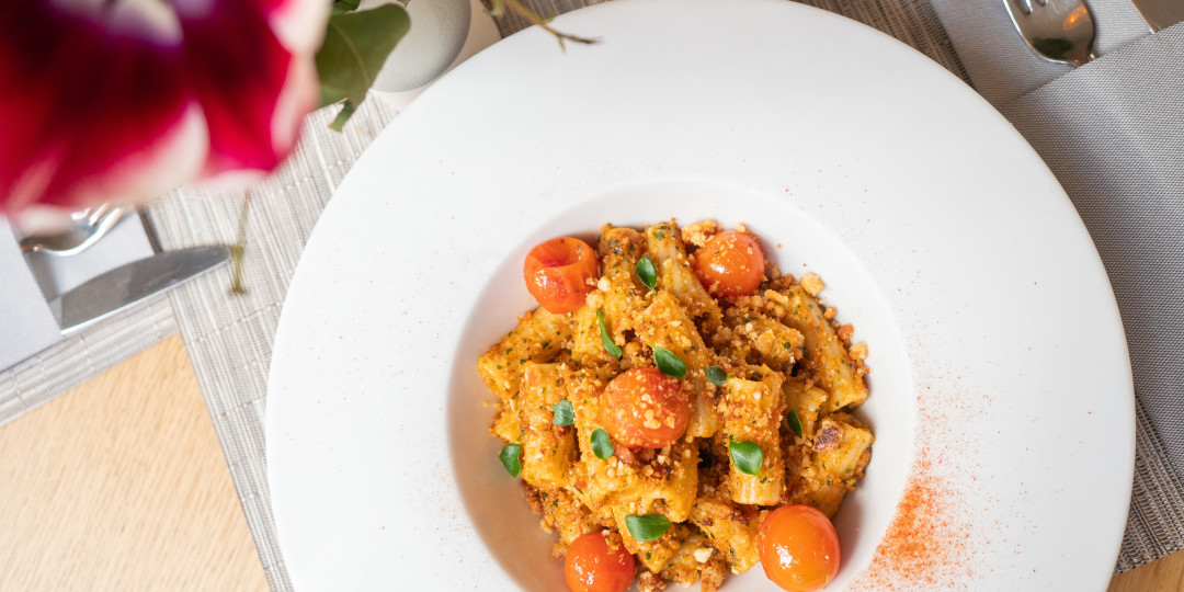 Pasta al pesto rosso: tomàquets rostits, crumble de fruits secs i parmesà