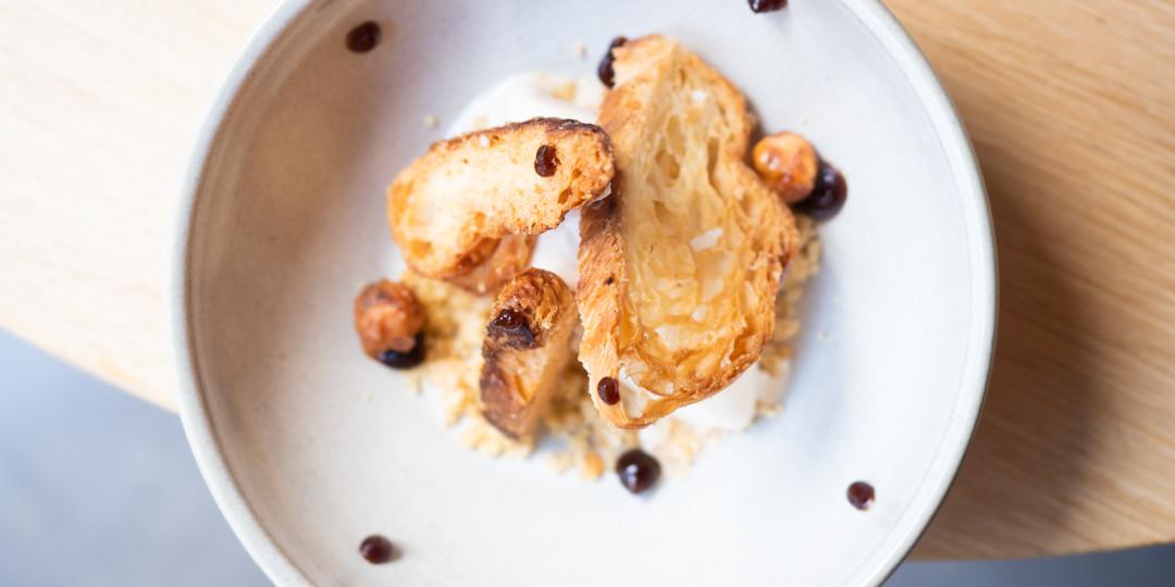 Gelat d'avellana torrada: croissant, avellanes garrapinyades i toc de ratafia