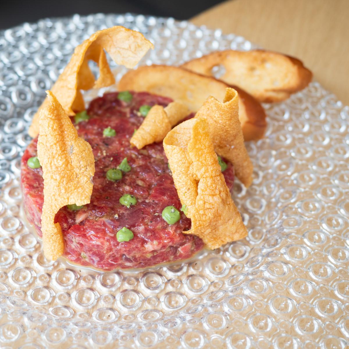 Steak tartare de buey: con encurtidos y chalota y tostadas de brioix