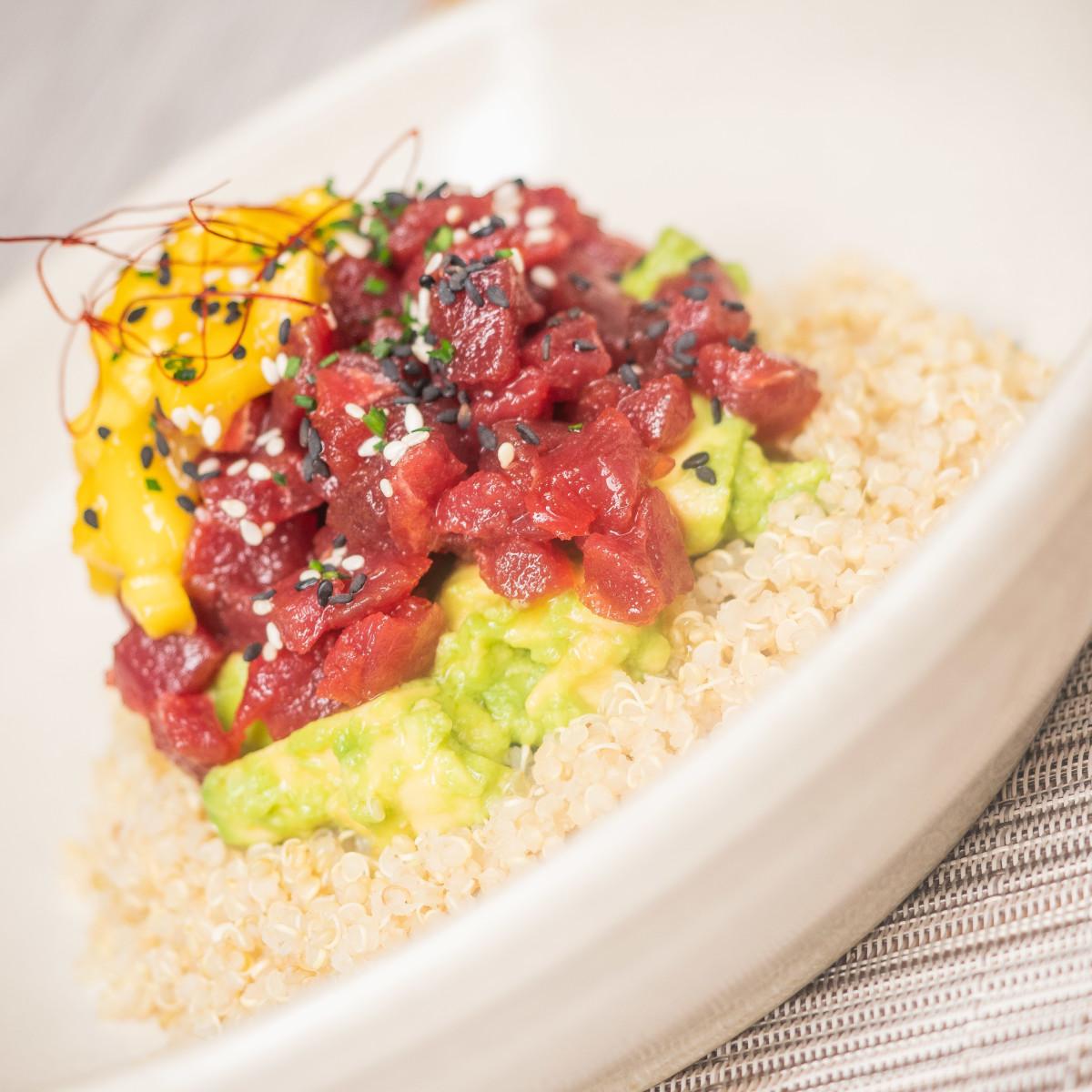 Tuna Poke Bowl: tartar de atún rojo, quinoa, aguacate y chutney de mango