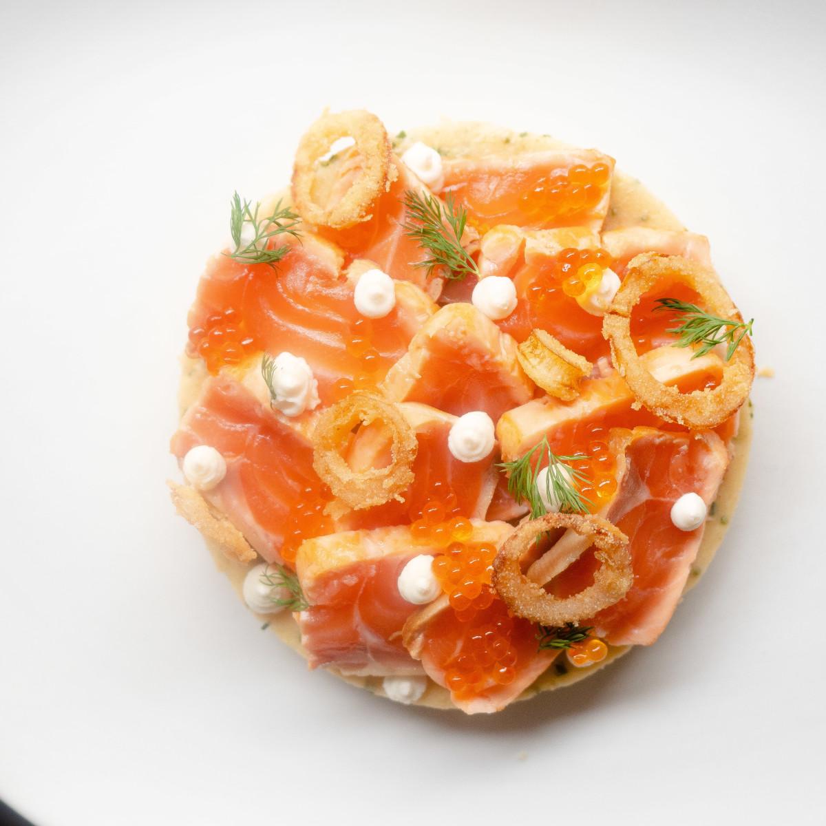 Tataki de salmón: sobre blini de cebollino y cebolla crujiente