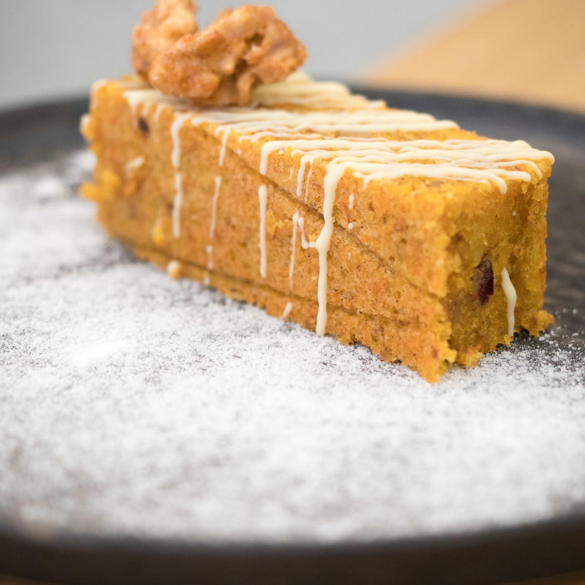 Carrot cake: pastel de zanahoria, chocolate blanco y nueces