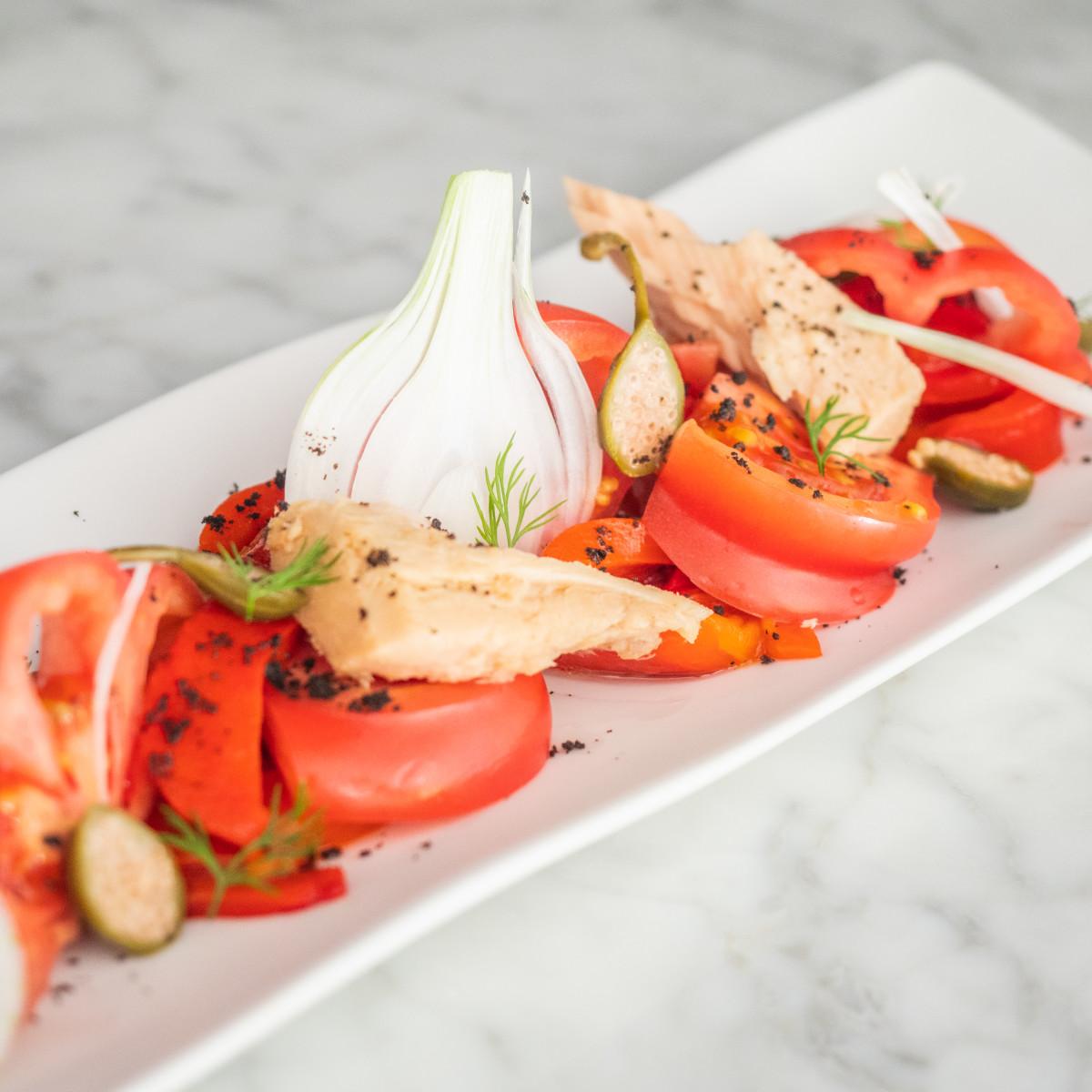 La ensalada roja: tomate, pimiento asado, salmorejo y ventresca