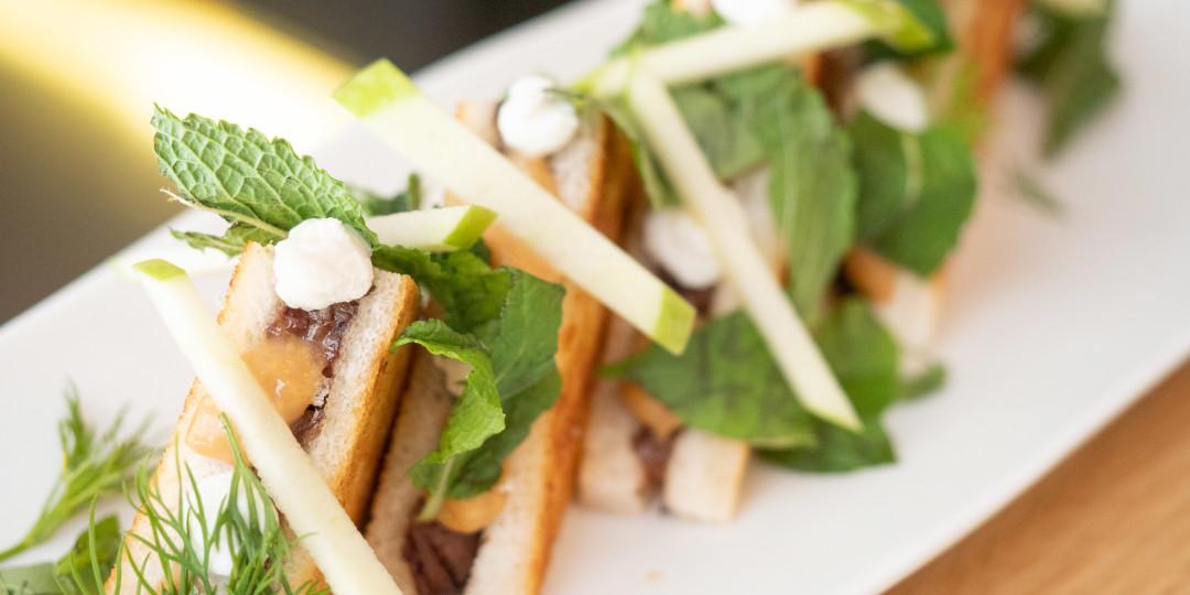 Bikini de cua de bou: cua de bou esmicolada, mascarpone, salsa d'ostres i herbes fresques