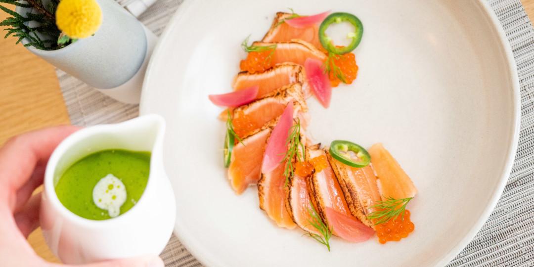 Tataki de salmó marinat: crema al toc de wasabi i anet