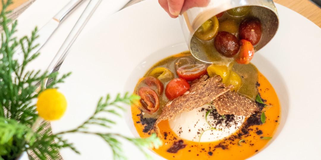 Burrata cremosa: cocktail de tomàquets, salmorejo i relish d'olives i figues