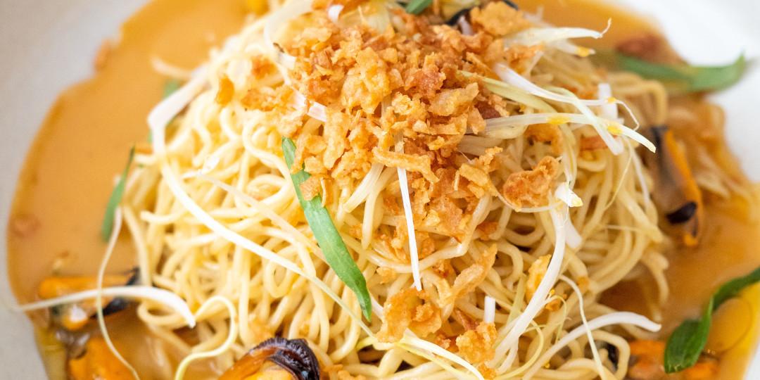 Musclos asiàtics: sobre noodles banyats en caldo de coco i gamba thai