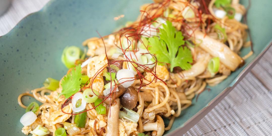 Fideus saltejats Hong Kong: vedella, bolets i salsa chinesa