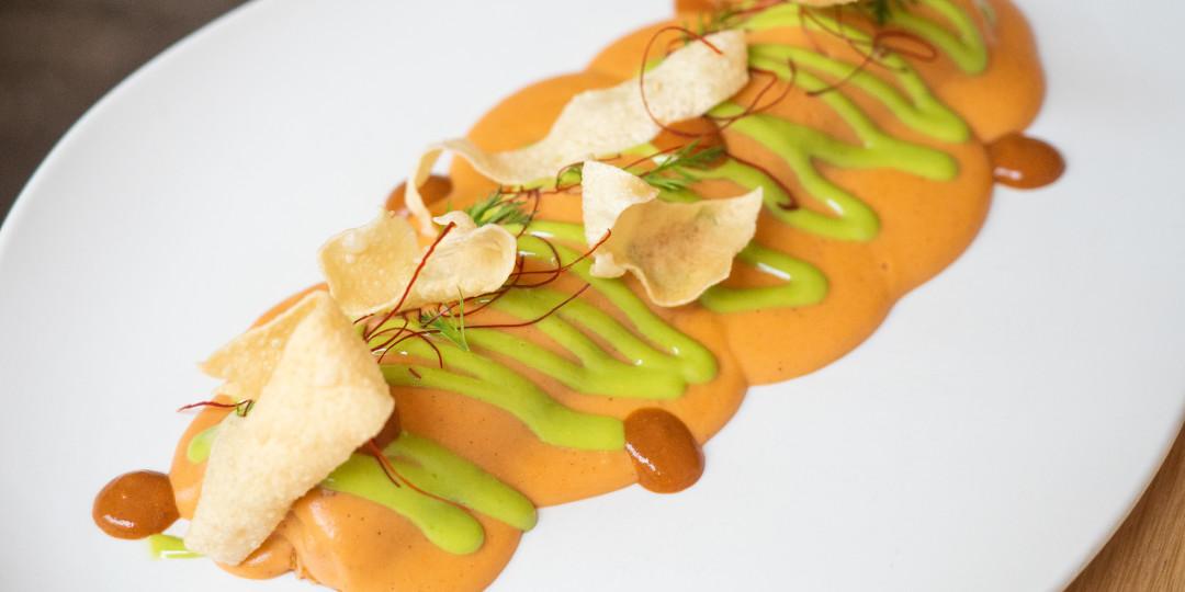 Caneló de txangurro: centolla sense feina, beixamel de marisc i salsa chili crab