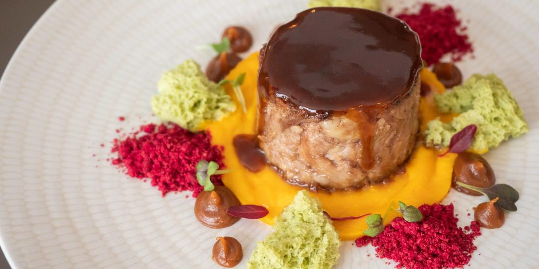 Terrina de xai Xisqueta: carbassa, praliné d'all i mel, roca de mostassa cruixent